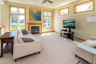 011_Living Room wGas Fireplace